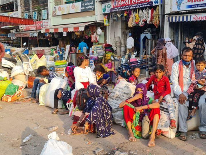 છોટાઉદેપુર જિલ્લાના ગરીબ આદિવાસીઓની પેટનો ખાડો પુરવા પરપ્રાંતમાં હિજરત કરી રહ્યાં છે. - Divya Bhaskar