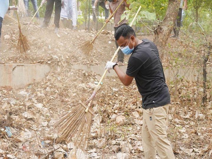 વિશ્વ પર્યાવરણ દિને કલેક્ટરે ઝાડું પકડી કરી કચેરી પ્રાંગણની સફાઇ કરી અને ત્યાર બાદ વૃક્ષારોપણ પણ કર્યુ હતું. - Divya Bhaskar