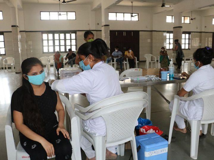 જિલ્લામાં વેક્સિનેશન પ્રોગ્રામ આરોગ્ય વિભાગ દ્વારા હાથ ધરાયો છે.  જેના ભાગરૂપે આરોગ્ય વિભાગ દ્વારા અત્યાર સુધીમાં 18 થી 44 વર્ષની વયના 8239 યુવાનોને રસીકરણ હેઠળ આવરી લેવાયા છે. - Divya Bhaskar