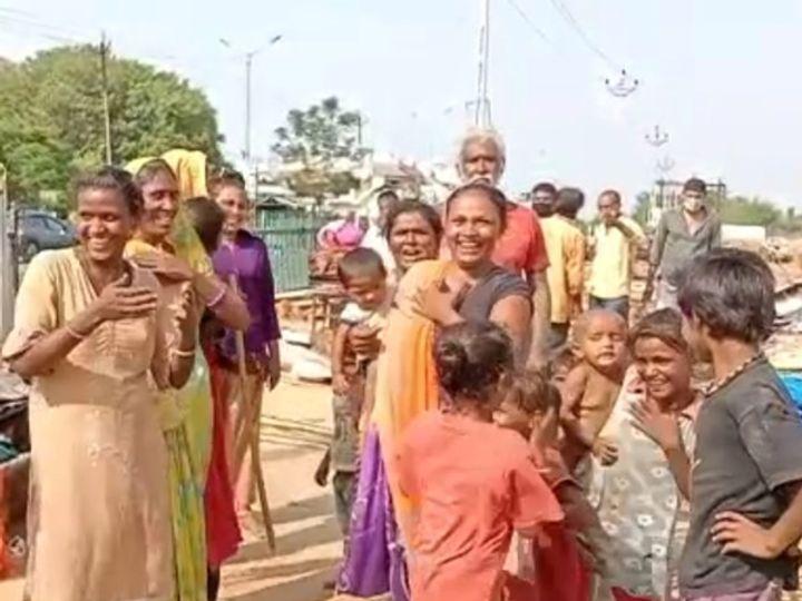 વિસ્થાપિત થયેલ પરિવારોની મહિલાઓએ વિકટ સમસ્યા વચ્ચે પણ હસતા મોઢે  છાજીયા લઇ રોષ વ્યકત કર્યો - Divya Bhaskar