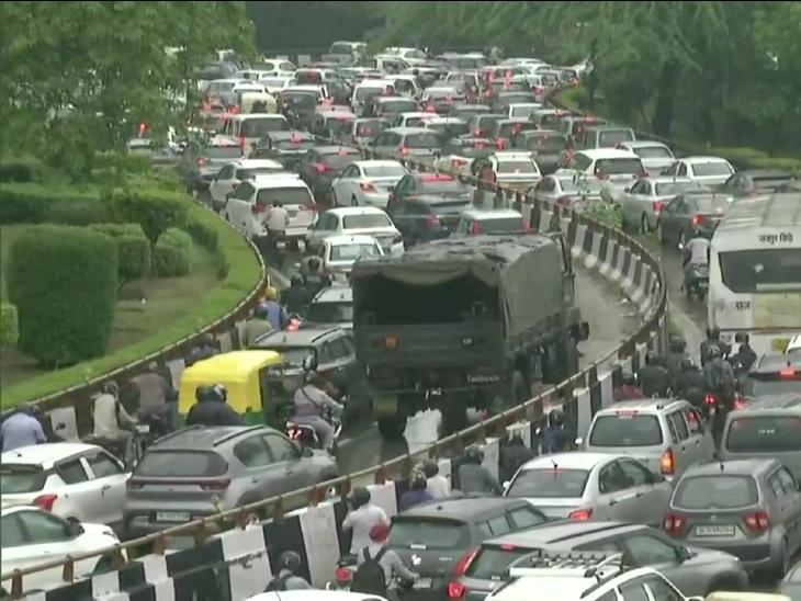 भारी बारिश के बाद दिल्ली के धौला कुआं में ब्रिज के पास ट्रैफिक जाम हो गया।