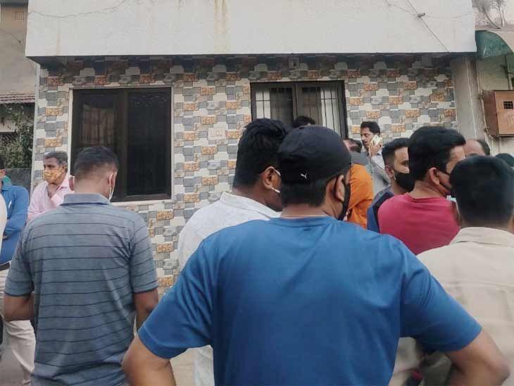 નરેન્દ્ર સોનીના મકાન 18 ખાતે લોકોના ટોળા એકઠા થઈ ગયા હતા
