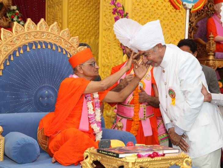 પુરુષોત્તમપ્રિયદાસજી સ્વામીજી મહારાજના આશીર્વાદ પ્રાપ્ત કરી ધન્યતા અનુભવતા હતા