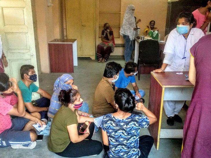 પાલનપુરના ઠક્કરબાપા છાત્રાલયમાં વેકસીન લેવા આવનાર યુવક યુવતીઓને સર્વર બંદ હોવાથી નીચે બેસવું પડ્યું હતું.