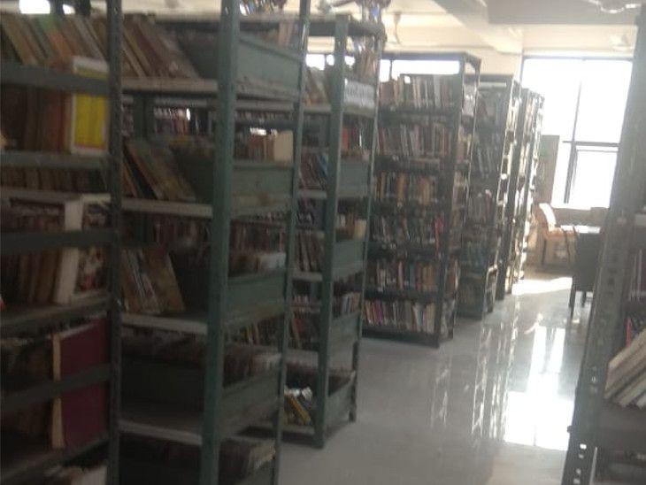 પુસ્તકાલયમાં વિવિધ વિષયોને આવરી લેતાં અંદાજે 28 હજારથી વધુ પુસ્તકો છે.