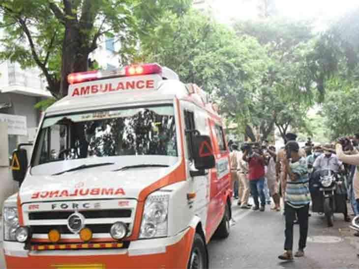 जब शव अस्पताल से निकला तो भीड़ जमा हो गई थी
