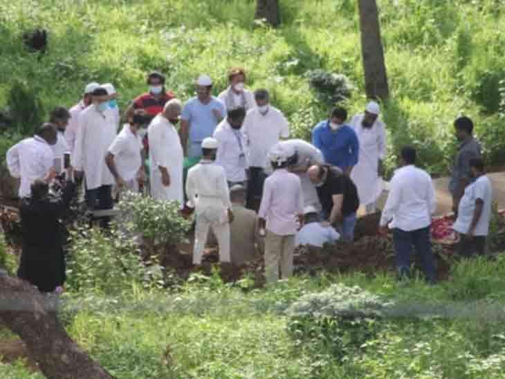 दिलीप कुमार को जुहू कब्रिस्तान में दफनाया गया।