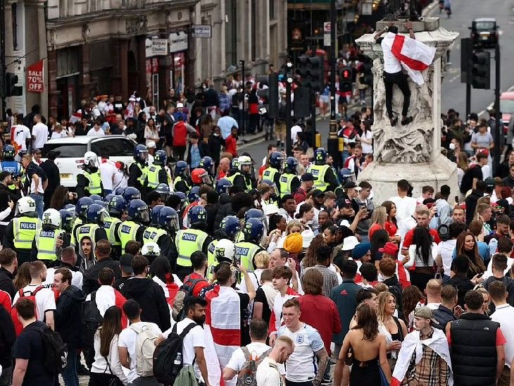 इंग्लैंड की टीम का उत्साह बढ़ाने के लिए दर्शकों की भीड़ उमड़ पड़ी।  साथ ही कोरोना गाइडलाइंस के लिरेलिरा