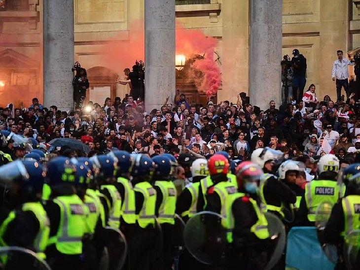 इटली के खिलाफ इंग्लैंड के मैच के दौरान सैकड़ों फुटबॉल प्रशंसक राजधानी ट्राफलगर स्क्वायर पर उतरे।  इसके बाद पुलिस ने भीड़ को तितर-बितर करने का प्रयास किया।