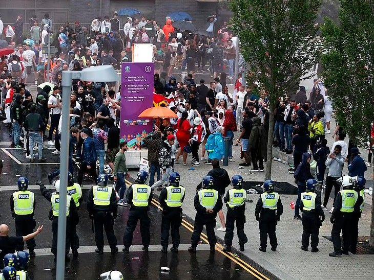 यूरो कप फाइनल के दौरान वेम्बली स्टेडियम के बाहर पहुंचे दर्शक