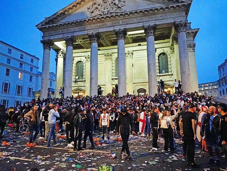 फाइनल के दौरान लोगों ने लंदन के ट्राफलगर स्क्वायर में सेंट मार्टिन-इन-फील्ड्स के पास एक सड़क पर बोतलें फेंक कर विरोध किया।