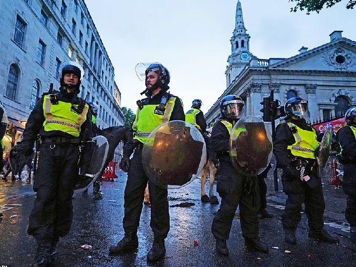 दर्शकों का गुस्सा शांत करने और प्रदर्शन को रोकने के लिए पुलिस को सड़कों पर उतरना पड़ा।
