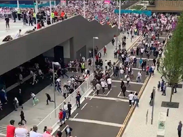 मैच शुरू होने से पहले फुटबॉल प्रशंसकों ने पुलिस बैरिकेड्स पर जमकर पथराव किया।