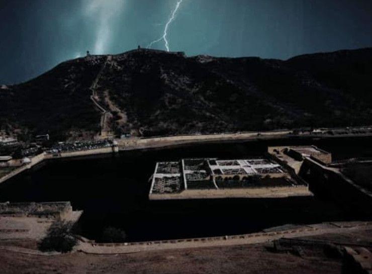 आमेर में रविवार शाम को वॉच टॉवर पर गिरी थी बिजली। इसमें 11 लोगों की जान चली गई थी