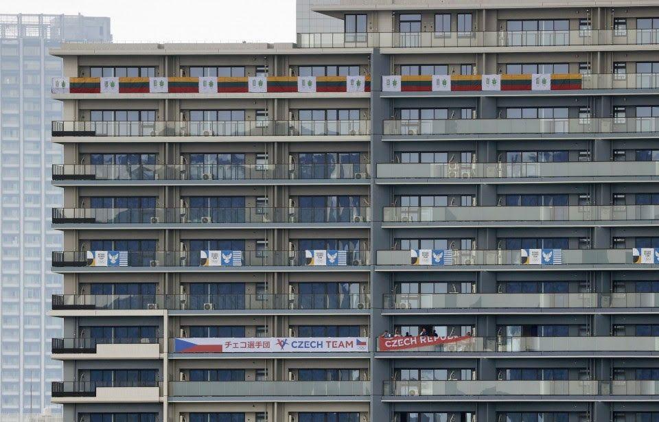 ओलिंपिक नियम न तोड़ें, इसके लिए ज्यादा से ज्यादा संख्या में पुलिस की गाड़ियां ओलिंपिक विलेज में तैनात रहेंगी। होटल्स के बाहर जो देश ठहरे हैं, उनके फ्लैग भी लगाए गए हैं। विलेज के अंदर 21 रेसिडेंशियल बिल्डिंग हैं।