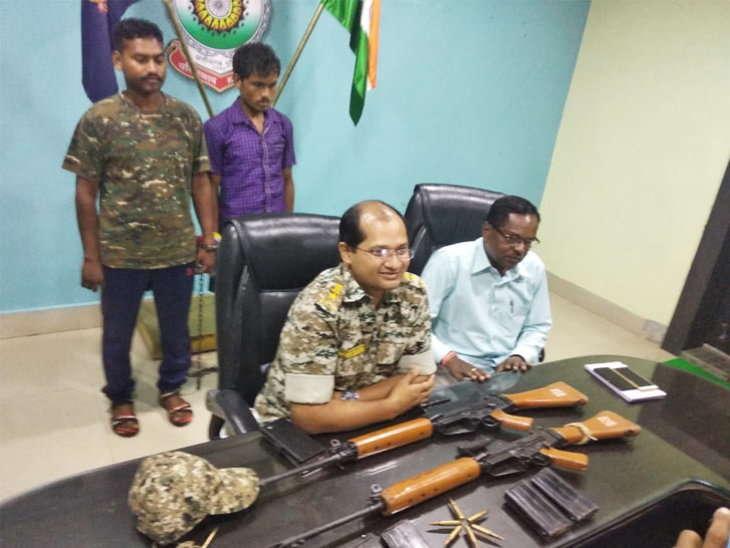 नक्सलियों को हथियार सप्लाई करने के मामले में सीएएफ जवान राजू कुजूर और उसका मित्रमिट्टे नेताम मंगलवार को पकड़ा गया था। - Dainik Bhaskar