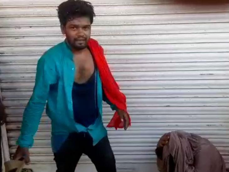 भगवाधारी ने महिला को चप्पलों से पीटा; जबरन लगवाए जयश्रीराम के नारे, सीओ के मोबाइल से वीडियो वायरल|कानपुर,Kanpur - Dainik Bhaskar