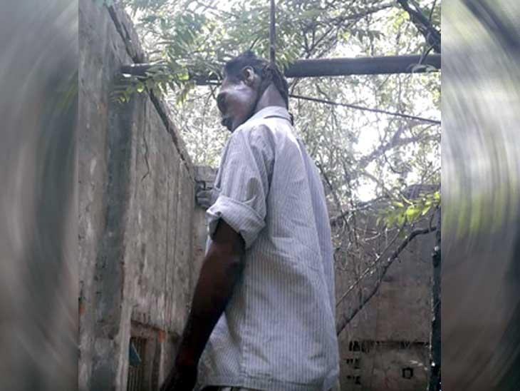 मानसिक तौर पर परेशान व्यक्ति ने पेड़ पर रस्सी से फांसी लगा की आत्महत्या अम्बाला,Ambala - Dainik Bhaskar