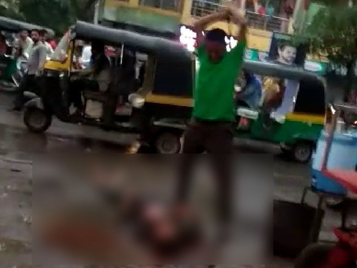 मुखबिर को पीटते हुआ आरोपी - Dainik Bhaskar