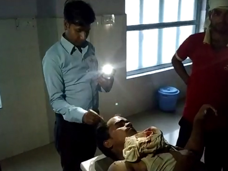 मोबाइल टॉर्च की रोशनी में डॉक्टर ने घायल भाईयों को लगाए टांके|कानपुर,Kanpur - Dainik Bhaskar