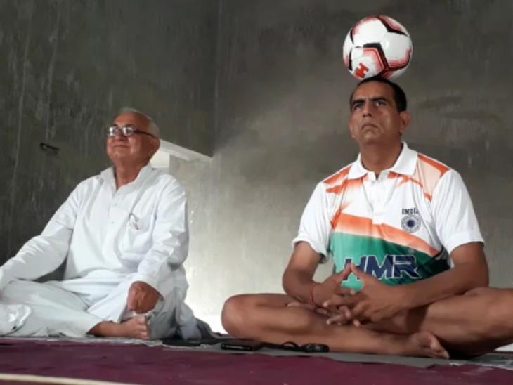 रिटायर्ड सूबेदार आजाद सिंह ने सिर पर फुटबॉल रख कर 4 घंटे किया योग सीकर,Sikar - Dainik Bhaskar