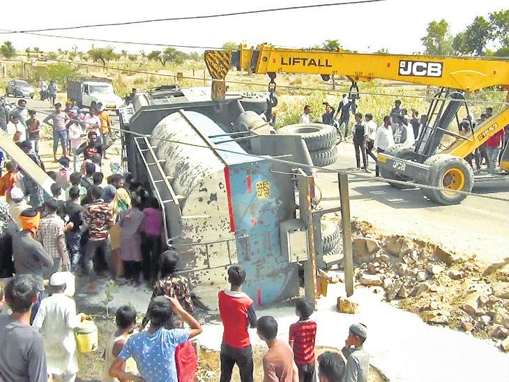 टैंकर पलटने से सड़क पर बहा 13 हजार लीटर दूध लोगों ने लूटा, खीर बनाकर मोहल्ले में भी बांटी|सीकर,Sikar - Dainik Bhaskar