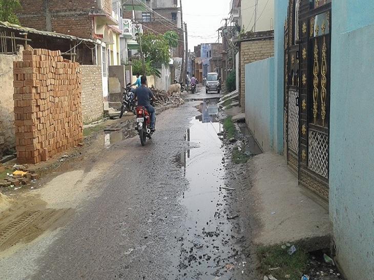 सड़क पर बहता नाले का पानी। - Dainik Bhaskar