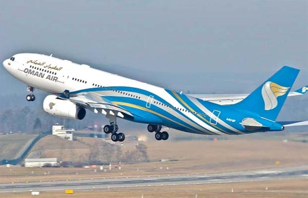Oman Airways flight makes emergency landing at Mumbai airport | एक इंजन में खराबी के बाद मस्कट जाने वाले विमान की मुंबई में हुई इमरजेंसी लैंडिंग - Dainik Bhaskar