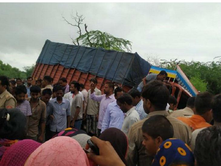 औरैया में भीषण सड़क हादसा, डीसीएम ट्रक और ऑटो के बीच टक्कर में आठ लोगों की मौत|कानपुर,Kanpur - Dainik Bhaskar
