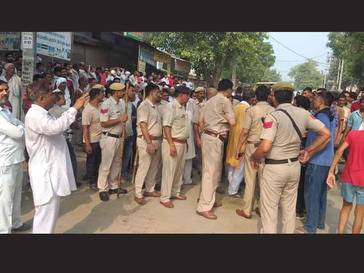 गांव में तनाव के बीच मौजूद पुलिस। - Dainik Bhaskar