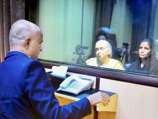 पाक ने पिछले साल कुलभूषण को मां-पत्नी से मिलने की इजाजत दी थी। (फाइल) - Dainik Bhaskar