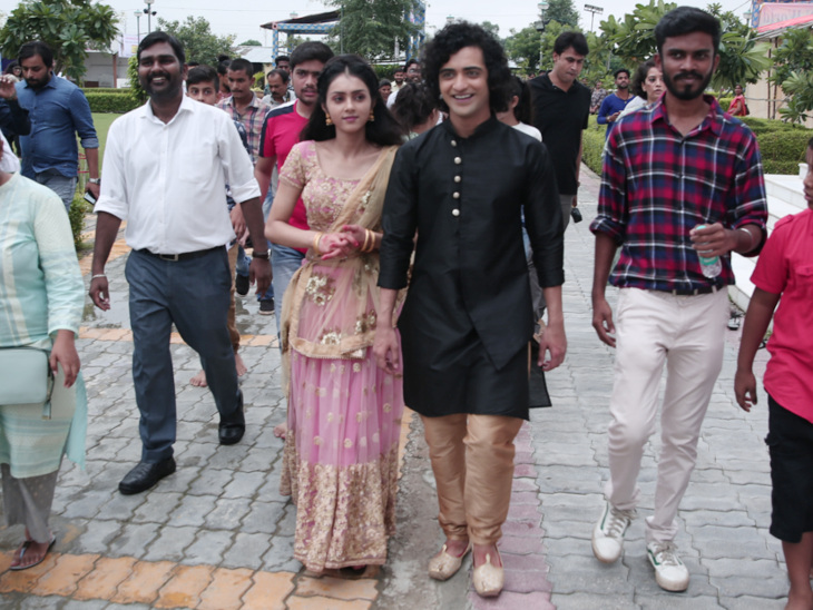 लीड जोड़ी सुमेध-मल्लिका ने कानपुर में मनाई जन्माष्टमी, इस्कॉन मंदिर की आरती में शामिल हुए टीवी,TV - Dainik Bhaskar
