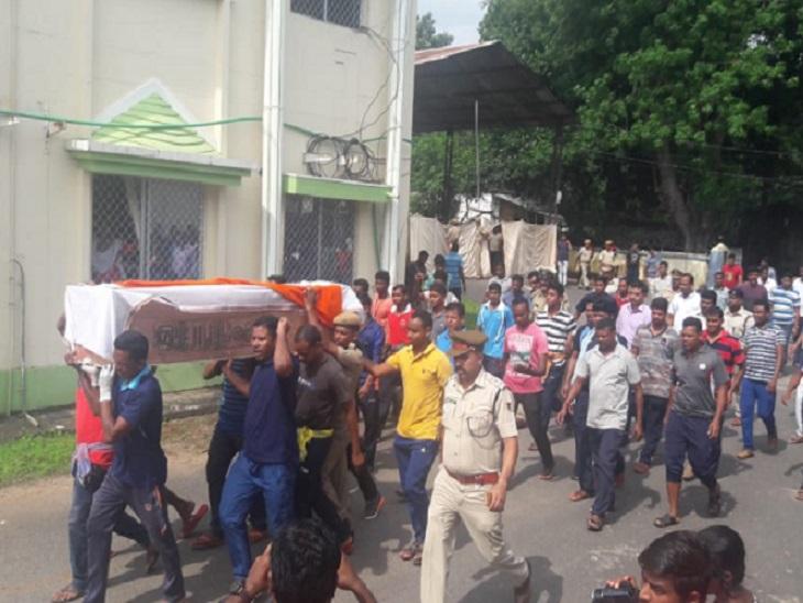 मुठभेड़ में शहीद हुए जवान का शव लाया गया जिला मुख्यालय - Dainik Bhaskar