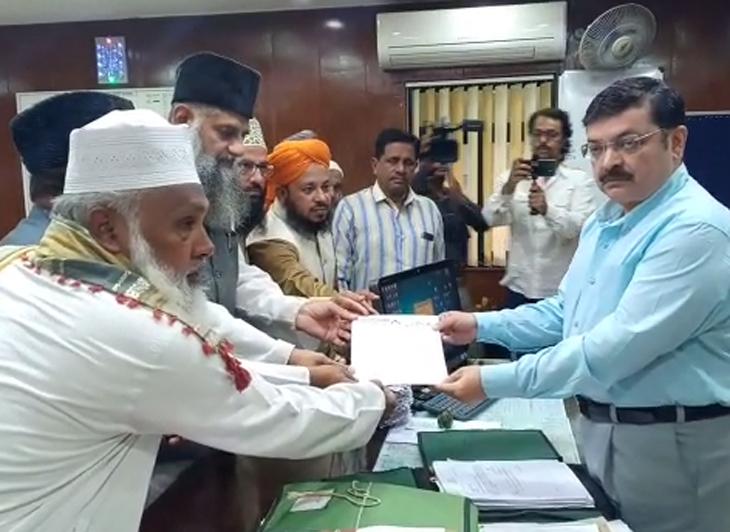 शहर काजी ने समाजजनों के साथ एजीडीज को सौंपा ज्ञापन। - Dainik Bhaskar