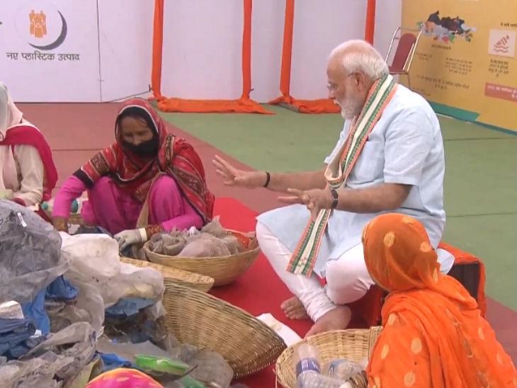 कचरा बीनने वाली महिलाओं के साथ मोदी। - Dainik Bhaskar