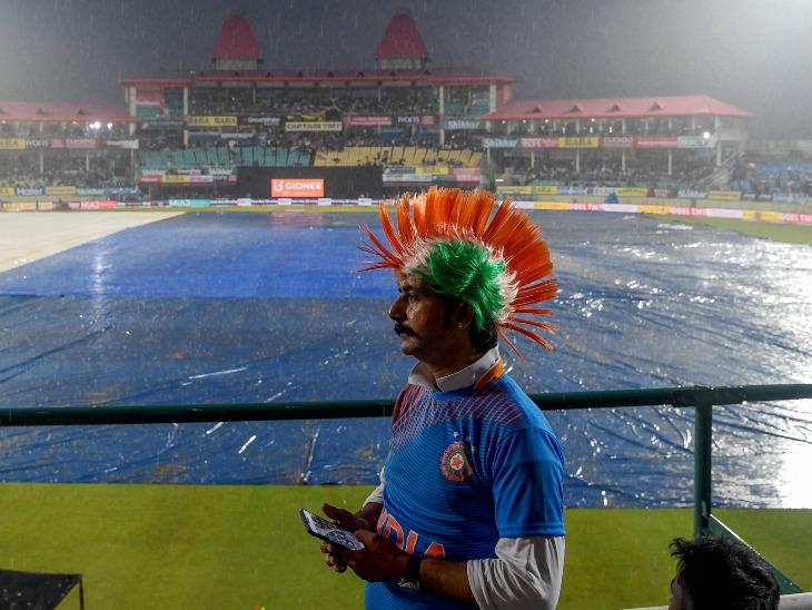 बारिश के दौरान स्टेडियम में मौजूद भारतीय फैन। - Dainik Bhaskar
