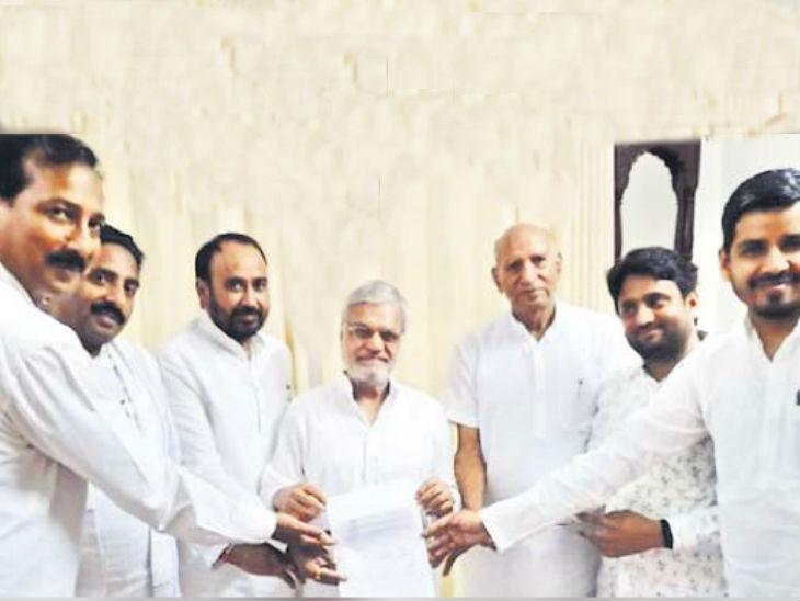 सभी 6 विधायक ( बाएं से दाएं): राजेंद्र गुढा, जोगिंदर अवाना, लाखन सिंह, स्पीकर सीपी जोशी (बीच में), दीपचंद खेरिया, संदीप यादव और वाजिब अली। - Dainik Bhaskar