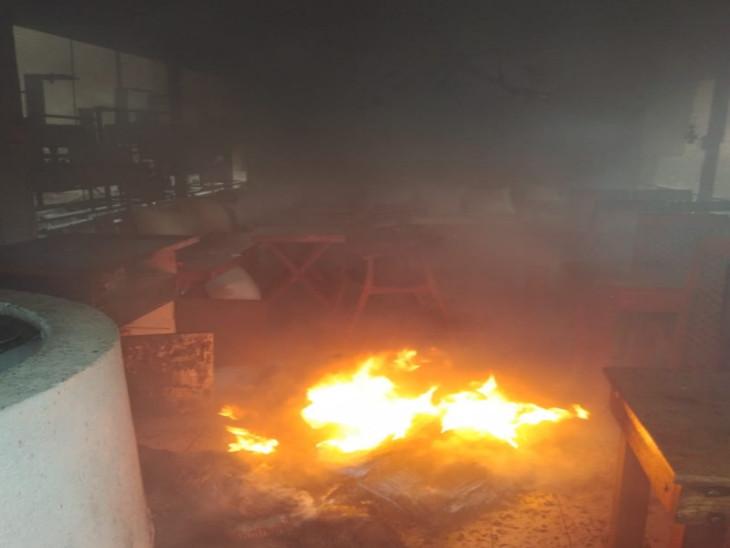 रेस्त्रां में उठ रही आग की लपटें - Dainik Bhaskar