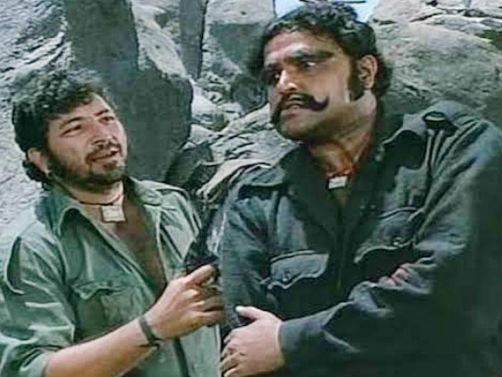 शोले के एक सीन में दिवंगत अमजद खान के साथ वीजू खोटे (दाएं)। - Dainik Bhaskar