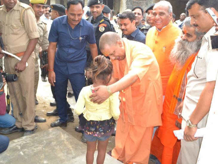 बच्ची को दुलारते सीएम योगी। - Dainik Bhaskar