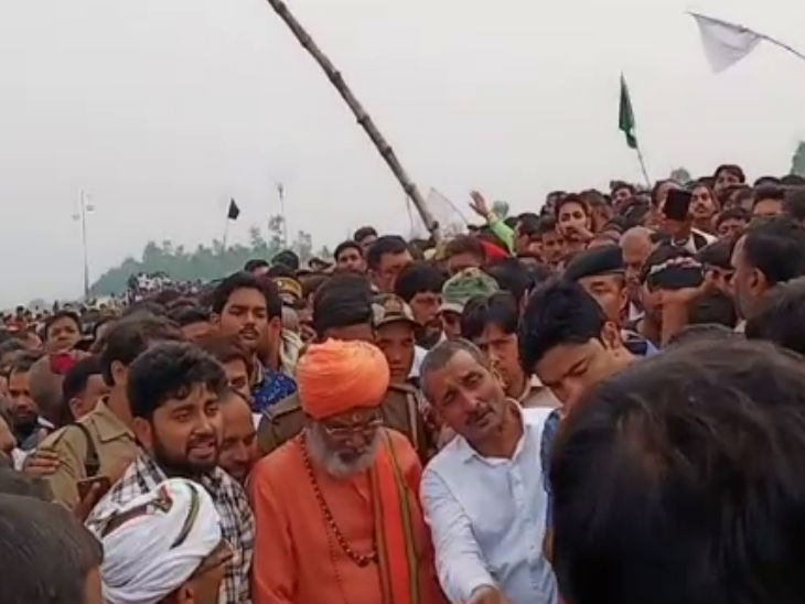 72 घंटे की पेरोल पर आए विधायक कुलदीप ने भाई मनोज को दी मुखाग्नि, साथ में रहे सांसद साक्षी महाराज|कानपुर,Kanpur - Dainik Bhaskar
