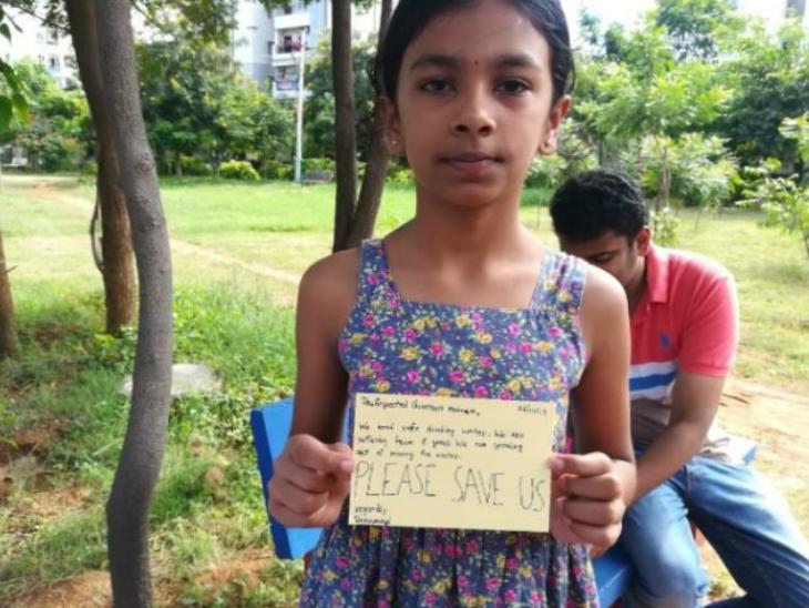 पोस्ट कार्ड के साथ एक बच्ची। - Dainik Bhaskar