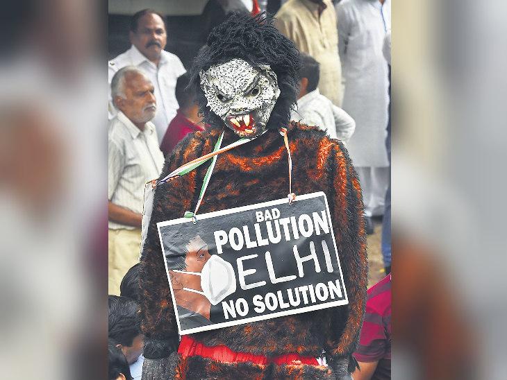 दिल्ली में प्रदूषण का विरोध हुआ। एक प्रदर्शनकारी ऐसा खाैफनाक चेहरा लगाए था, जैसा दिल्ली में अभी हवा का है। - Dainik Bhaskar