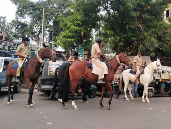 रामगंज चौपड़ पर घुड़सवार पुलिसकर्मियों ने की गश्त - Dainik Bhaskar
