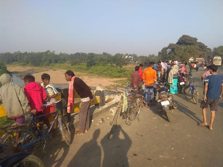 सड़क दुर्घटना में फुटबॉल के दाे खिलाड़ियाें की मौत, बाइक को तेज रफ्तार ट्रक ने मारी टक्कर|धनबाद,Dhanbad - Dainik Bhaskar
