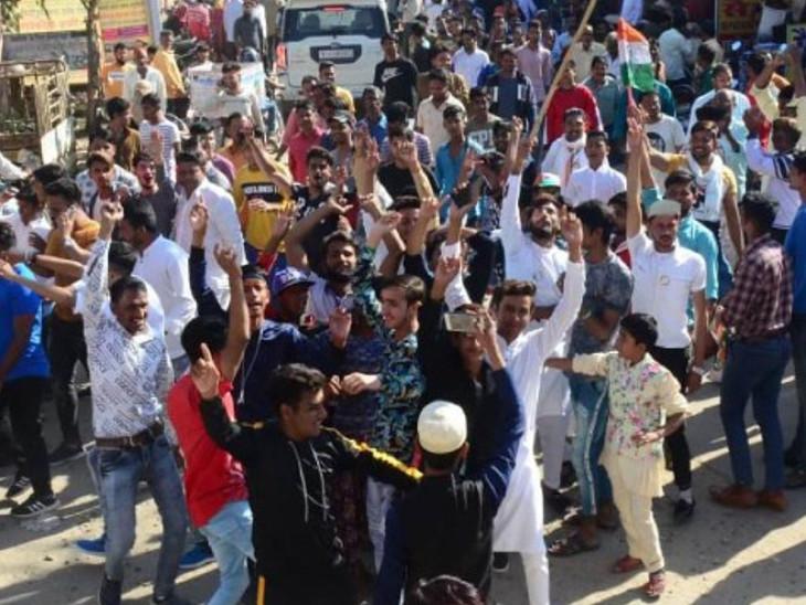 सीकर में कांग्रेस की जीत की खुशी मनाते पार्टी कार्यकर्ता। - Dainik Bhaskar