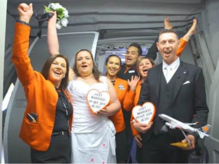 कपल ने 37 हजार की फीट की ऊंचाई पर विमान में शादी की, एयरलाइन ने मुफ्त में इंतजाम किए विदेश,International - Dainik Bhaskar