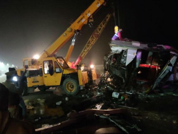 आगरा-लखनऊ एक्सप्रेसवे पर भीषण हादसा, चार लोगों की मौत, 30 घायल आगरा,Agra - Dainik Bhaskar