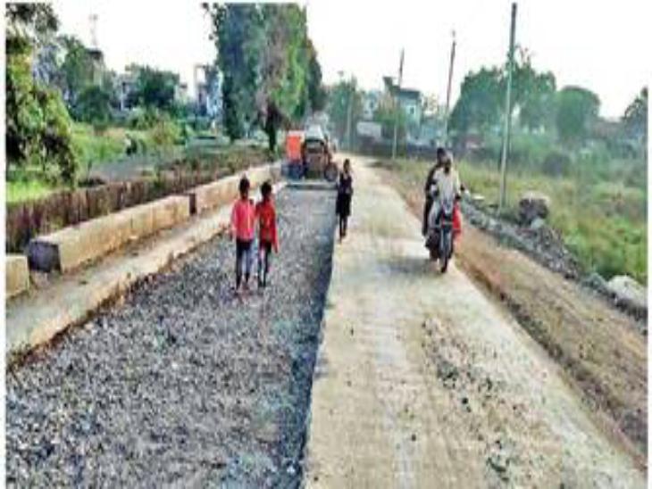 पुलिया निर्माण के लिए भानगढ़ रोड पर डाली रेत, वाहन चालकों के साथ हादसा होने का अंदेशा रतलाम,Ratlam - Dainik Bhaskar