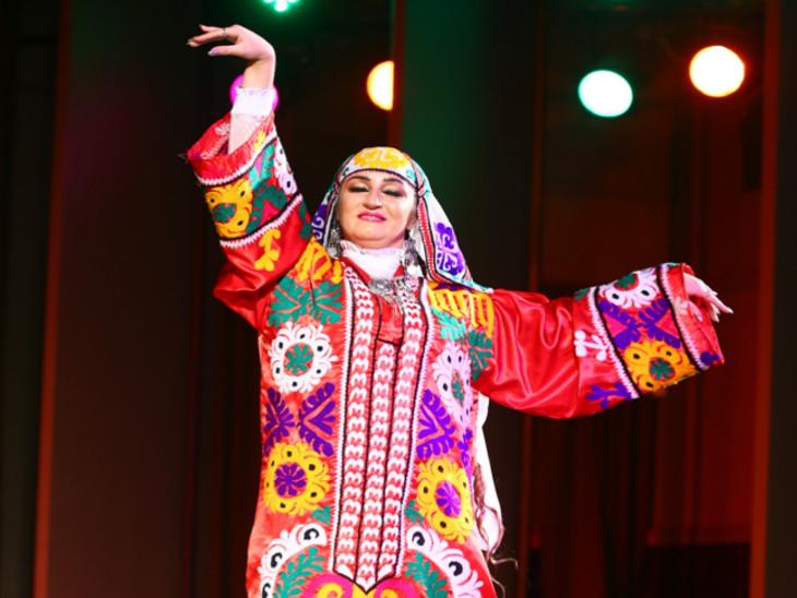 कीर्गिस्तान के कलाकारों ने बताया 'हमारा दल भारत में दो से तीन बार प्रस्तुति दे चुका है। अब यहां भोपाल आए हैं।